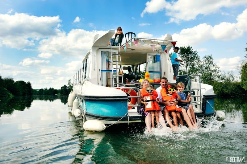 réunion de famille : les pieds dans l'eau