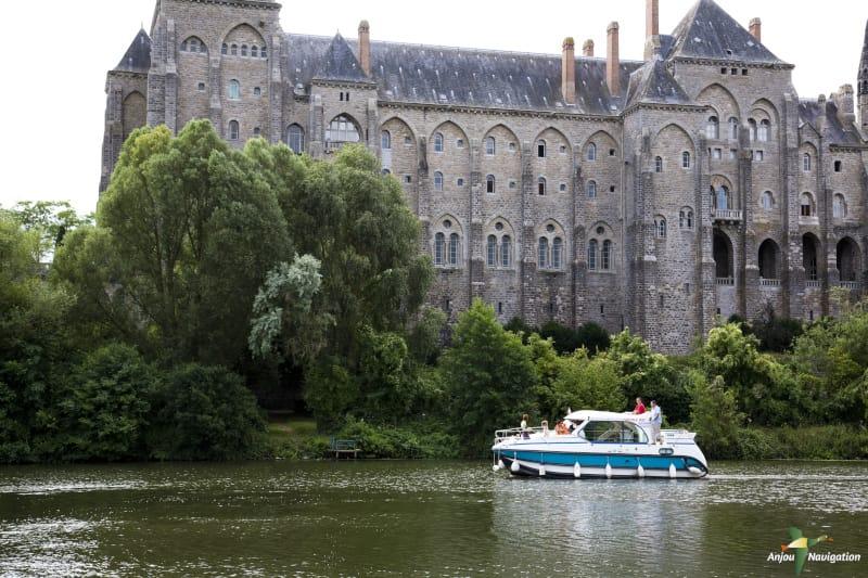aventure en famille passage au pied de l'abbaye de Solesmes