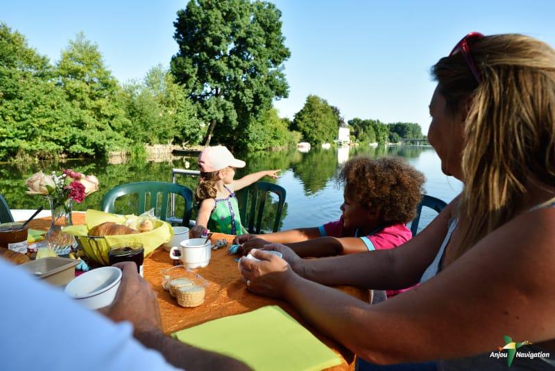 vacances en pays de la loire : petit déjeuner au coeur de la rivière